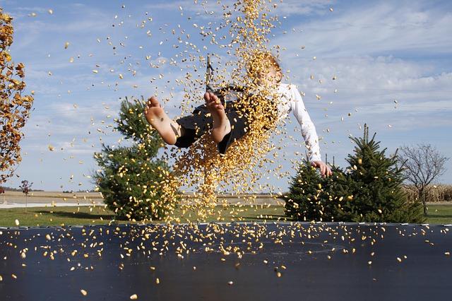 kukuřice, chlapec, trampolína