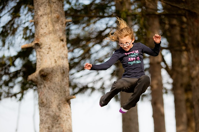 dítě ve skoku, strom