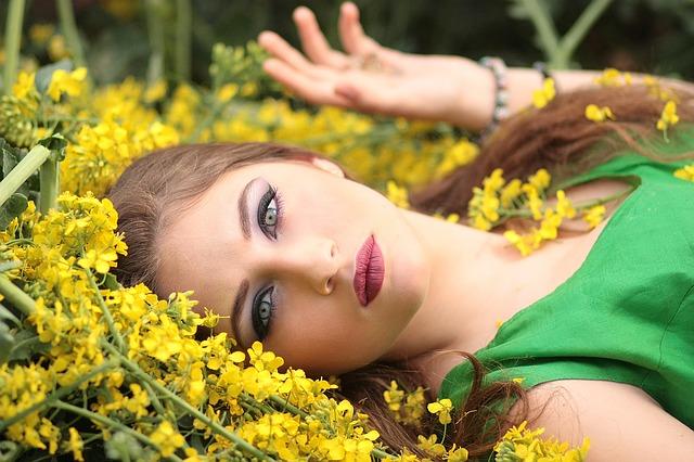 žena, žluté květy