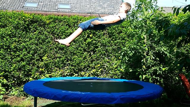 trampolina, chlapec ve skoku