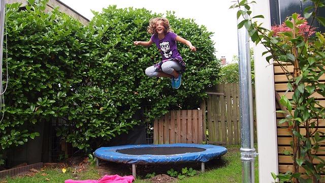 děvče, skok, trampolina, zahrada