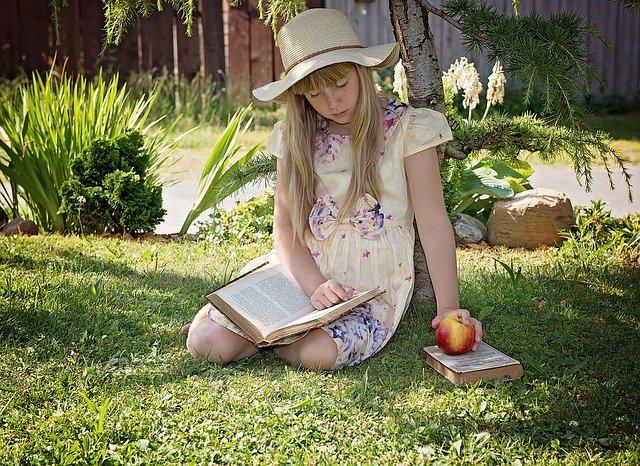 čtení pod stromem