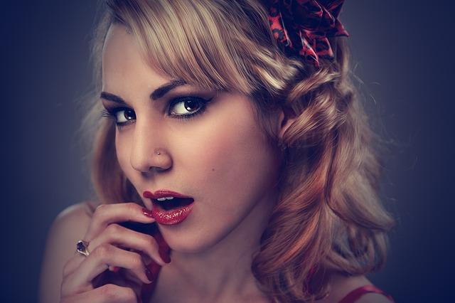 blondýnka, otevřená ústa