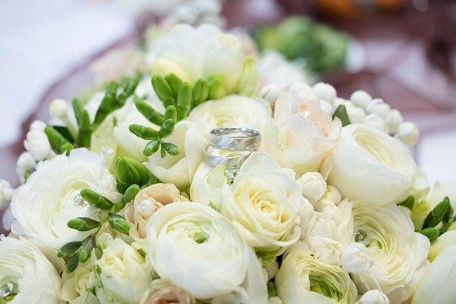 bílé růže, zásnubní prsteny