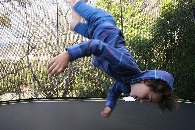 chlapec, skok na trampolíně, hlava dolů