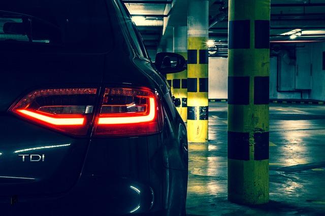 auto na parkovišti.jpg