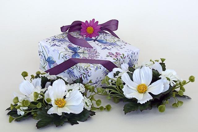 dárek u květin