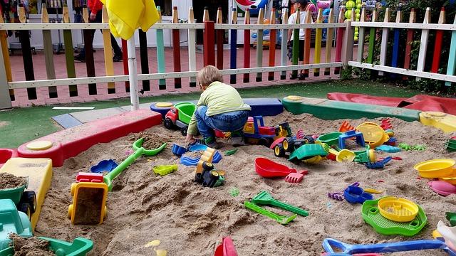 pískoviště se spoustou hraček a jedním dítětem.jpg
