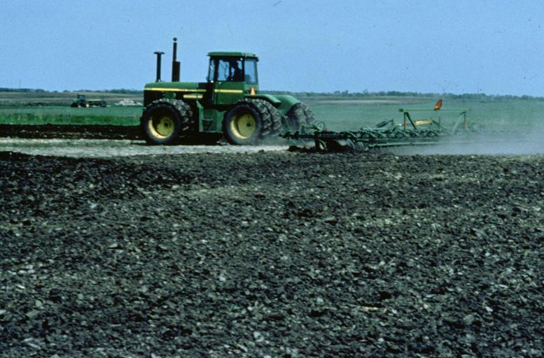 skutečný traktor na poli.jpg